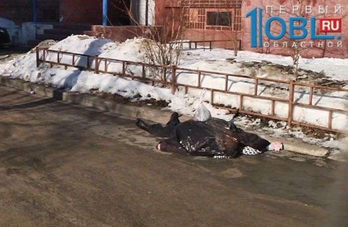 Похоронные службы не могли забрать тело умершей женщины (4 фото)
