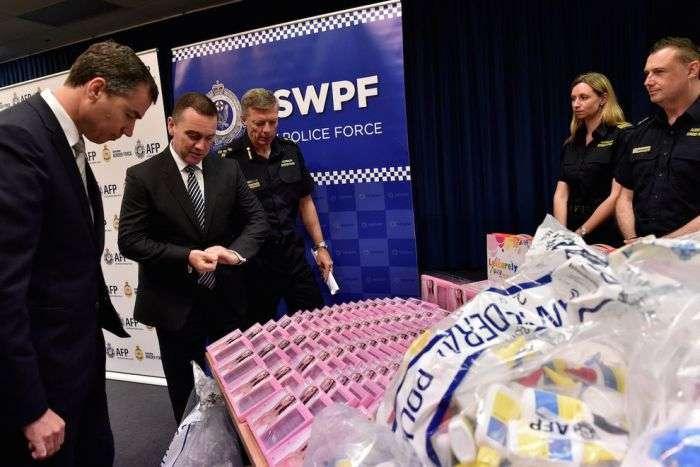 В Австралии задержали партию бюстгальтеров (6 фото)