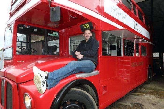 Паб на колесах из старого автобуса (5 фото)