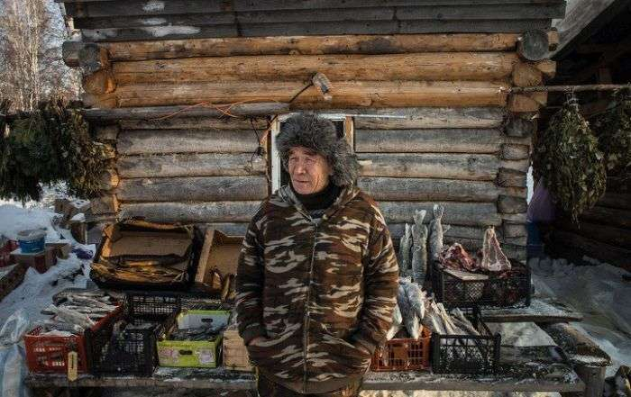 «Торговые павильоны» в глухой сибирской деревушке (17 фото)