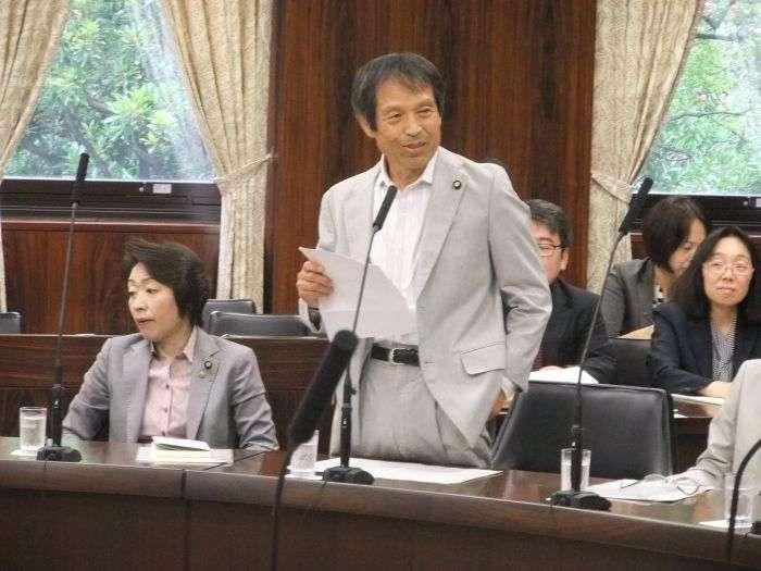 Японский депутат спровоцировал громкий скандал (2 фото)