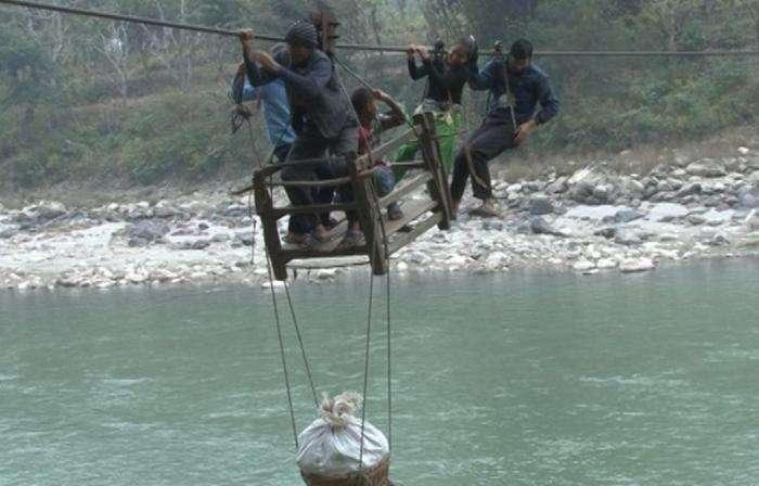 Нелегкий путь в школу непальских детишек (8 фото)