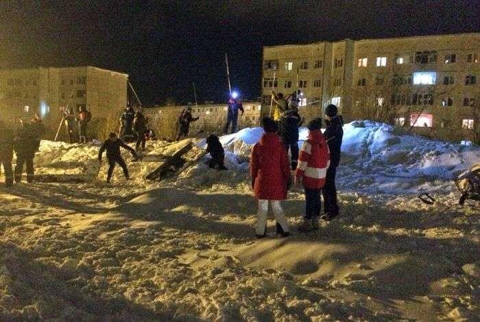Подрывники спустили лавину на многоэтажки Кировска (6 фото)