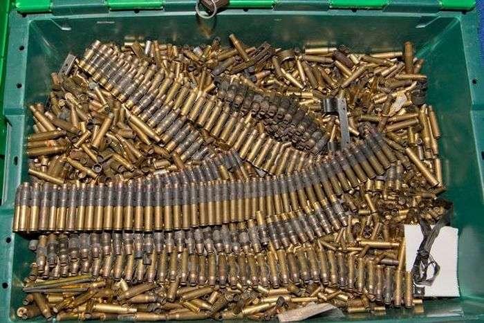 Внушительный боевой арсенал в доме умершего коллекционера (11 фото)