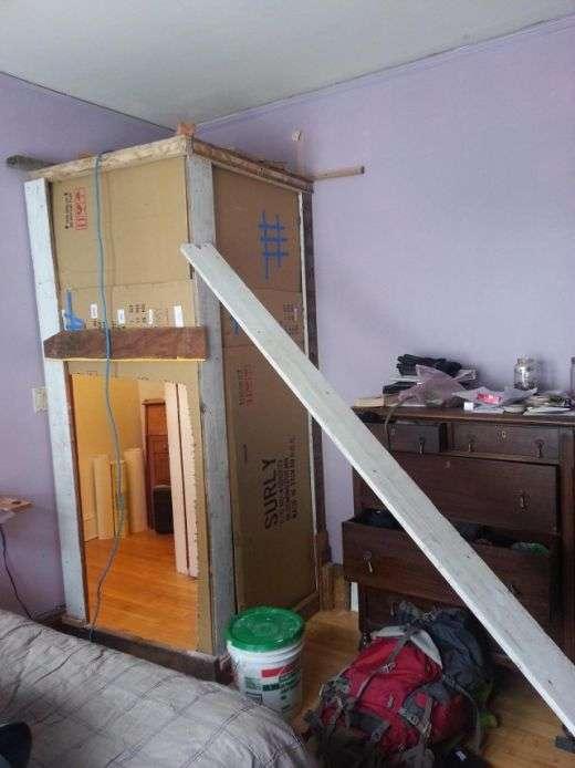 Ребята подшутили над другом, превратив его комнату в кладовку (3 фото)
