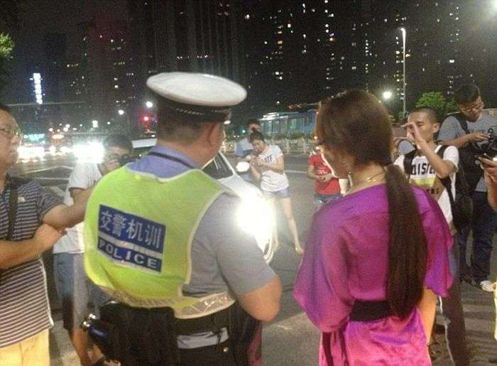 Наказание за езду с дальним светом фар в Китае (6 фото)