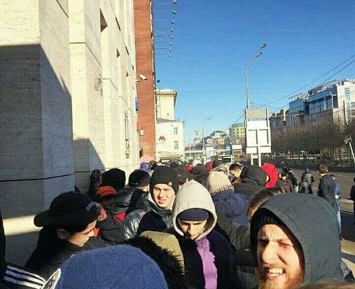 За кроссовками Канье Уэста выстроились гигантские очереди в Москве (7 фото)