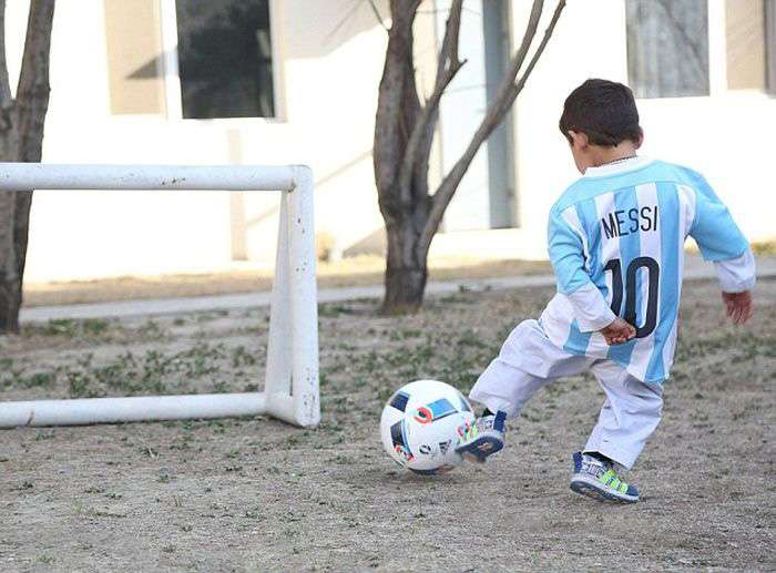 Мальчик в футболке из пакетов получил футболки от Лионеля Месси (7 фото)