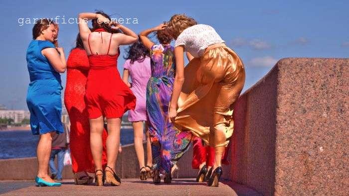Ветер сделал свадьбу еще более веселой и зрелищной (10 фото)