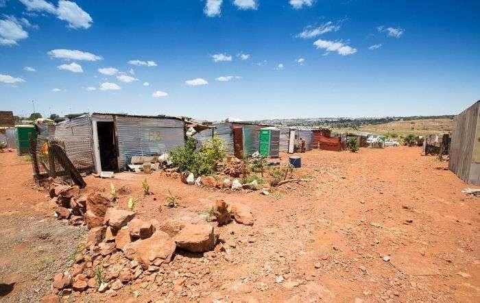 Лагерь «белых ворон» в ЮАР (11 фото)
