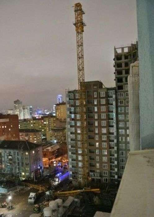 В Екатеринбурге башенный кран упал на жилой дом (5 фото)