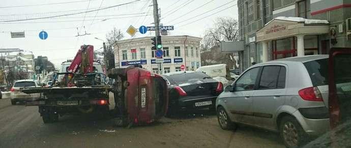 Россия: Lada Kalina упала с эвакуатора прямо на представительский Jaguar XJ
