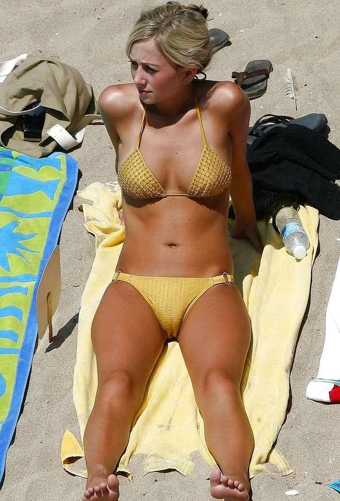 верблюжьи лапки у девушек на пляже. Фото 3