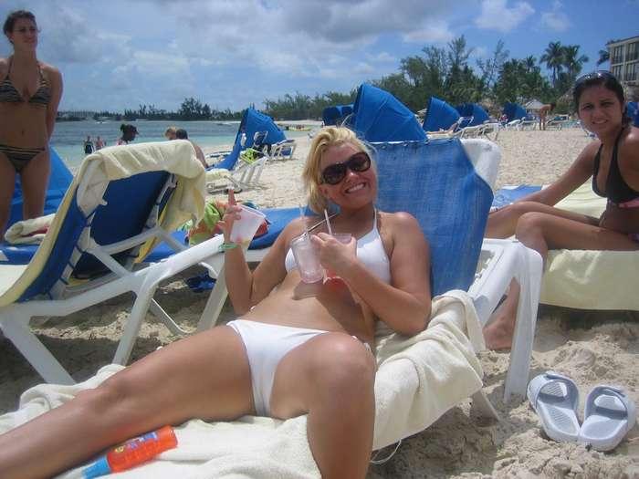 верблюжьи лапки у девушек на пляже. Фото 9