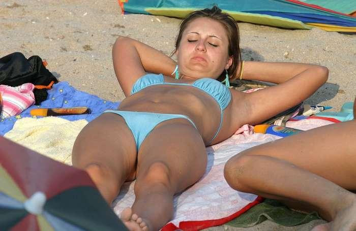 верблюжьи лапки у девушек на пляже. Фото 8