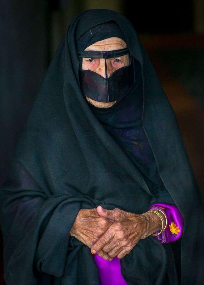 Усатые маски иранских женщин (12 фото)