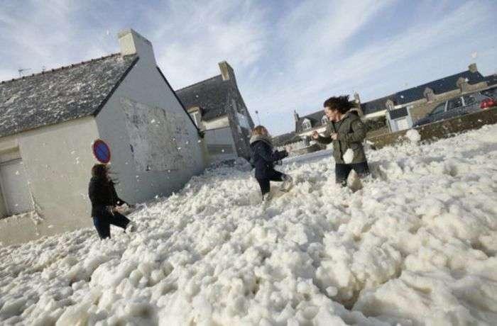 Обрушившийся на Европу шторм покрыл морской пеной город Пенмарш (8 фото)