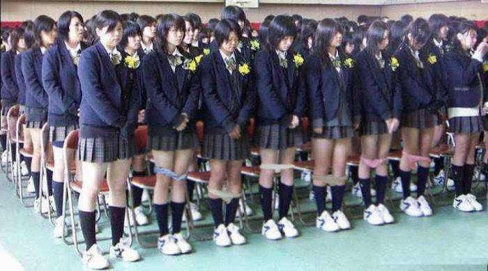 Зачем в Японии школьниц проверяют на наличие нижнего белья (2 фото)