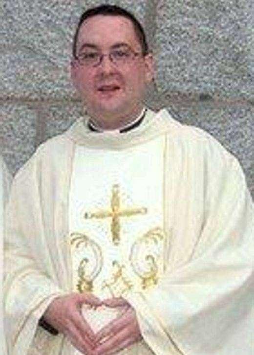 Священник нюхал кокаин в комнате с нацистской символикой (4 фото)