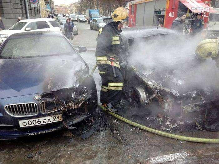 В Санкт-Петербурге у театра сгорела BMW жены Сергея Шнурова (8 фото)