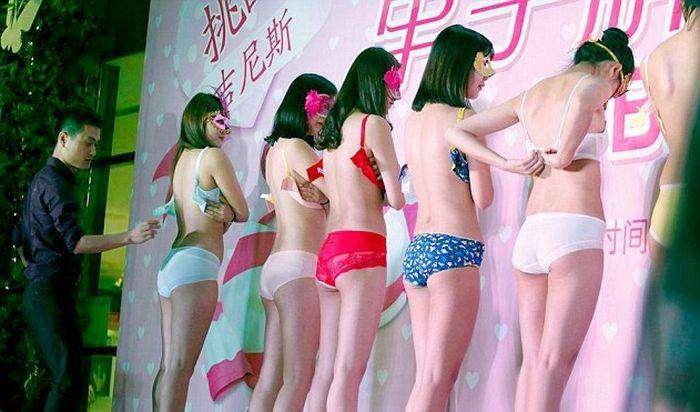 8 марта в Китае прошел конкурс по расстегиванию бюстгальтеров (7 фото)