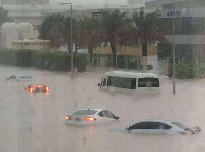 Абу-Даби и Дубай пострадали от урагана (10 фото)