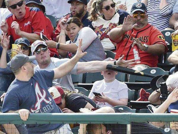 Американец, защитивший сына от удара битой  (7 фото)
