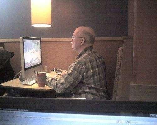 В 70 лет играет в WoW (3 фото)