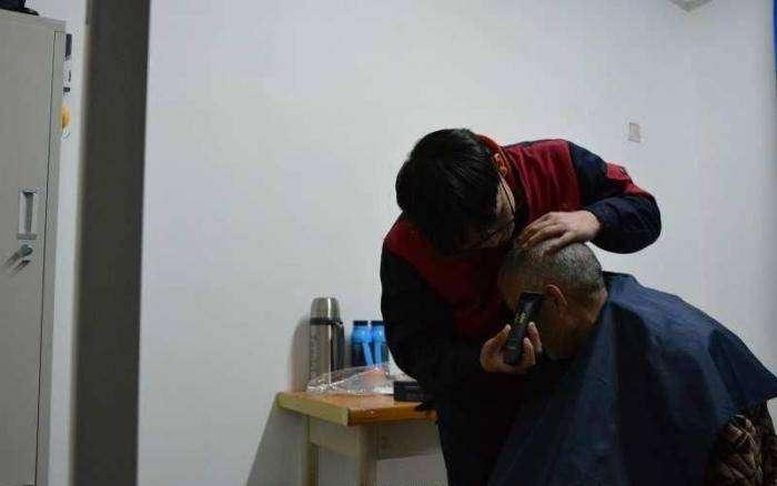 Китайский студент привез парализованного отца с собой в университет (5 фото)