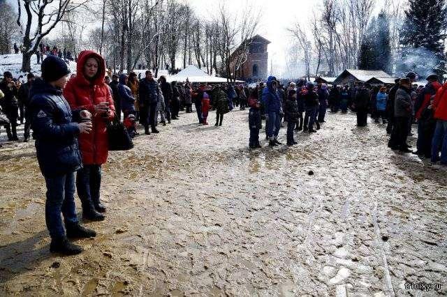 Жители Смоленска и Колпино отметили Масленицу по колено в грязи (10 фото)