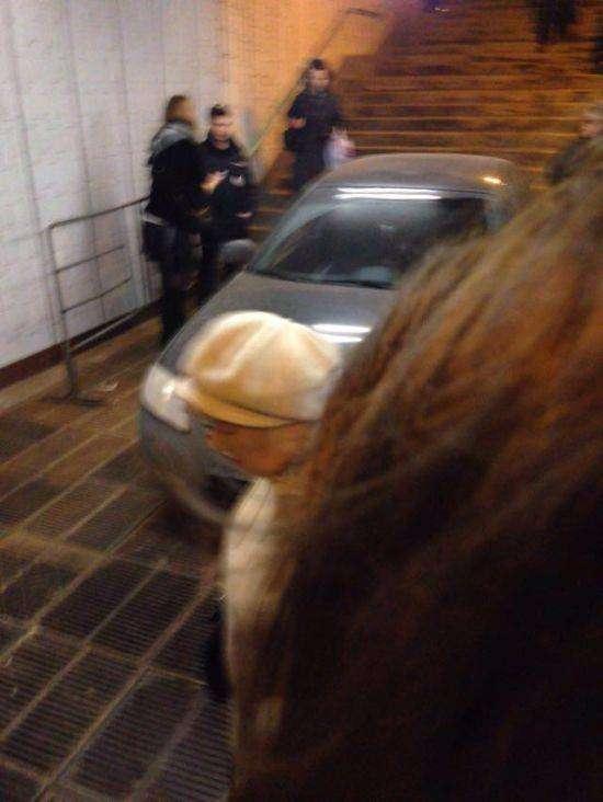 В Москве автомобиль скатился в подземный переход метро (5 фото)