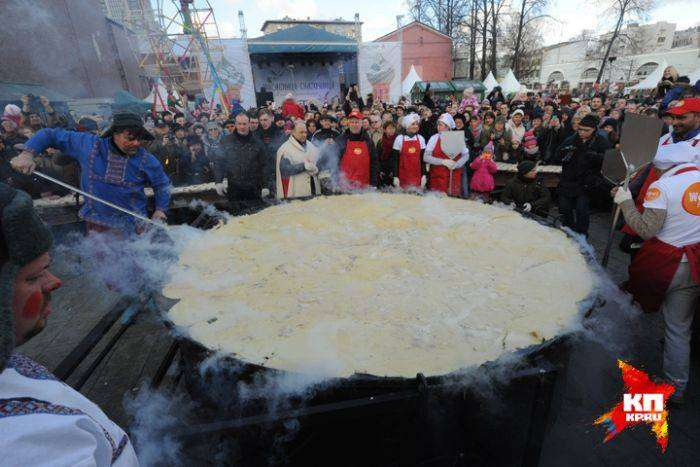 В Москве попытка испечь самый большой в мире блин закончилась неудачей (5 фото)