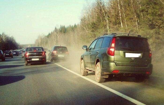 Суд разрешил водителям не уступать дорогу транспорту, движущемуся по обочине (2 фото)