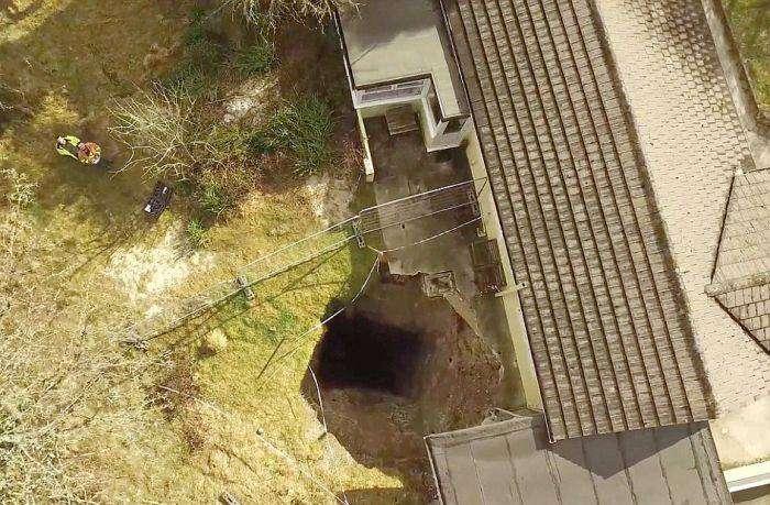 На территории одного из домов образовался 90-метровый провал (5 фото)