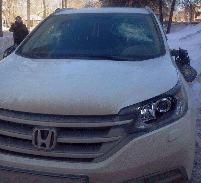 В Екатеринбурге за парковку на тротуаре повредили автомобиль (3 фото)