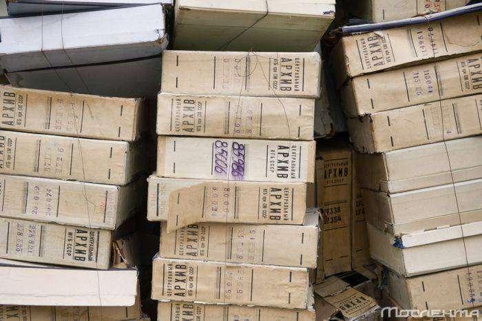 В центре Москвы выбросили документы из архива КГБ (2 фото)