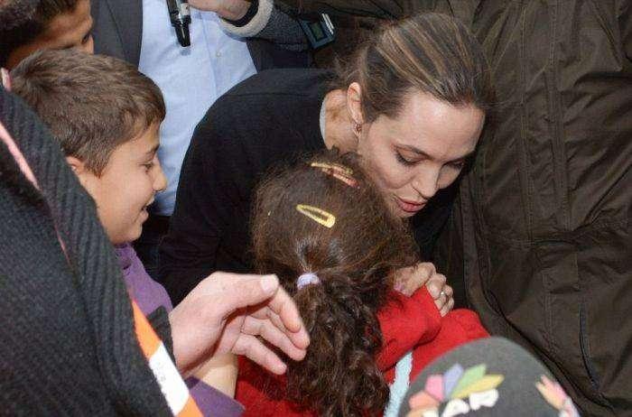 Анджелина Джоли посетила лагерь сирийских беженцев (10 фото)