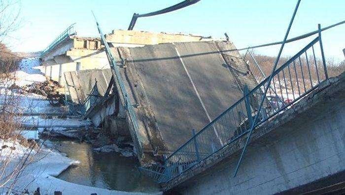 В Приморье обрушился еще один мост (3 фото)