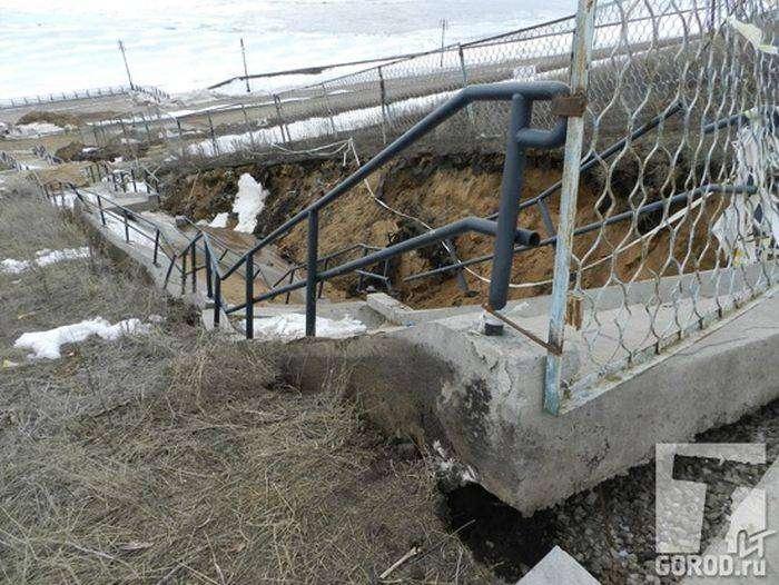 Обрушилась лестница на набережной, построенной 4 года назад (4 фото)
