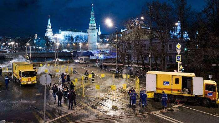 У московского Кремля троллейбус частично провалился в яму (6 фото)