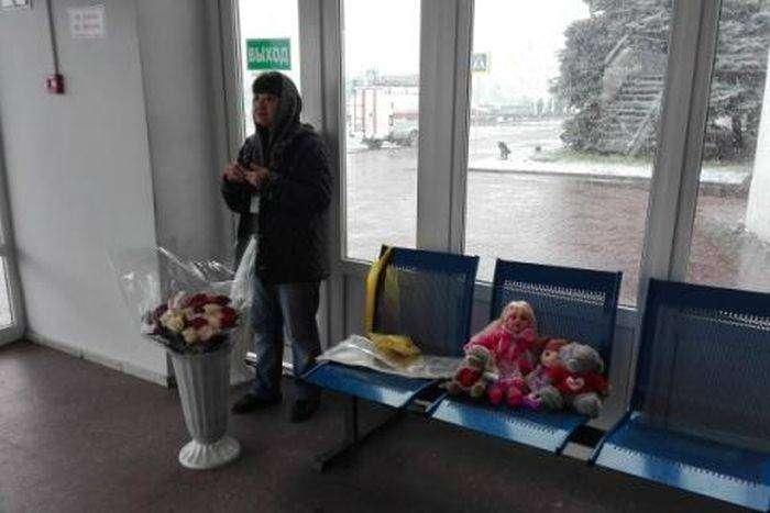 В Ростове продают цветы и игрушки чтобы почтить память жертв (2 фото)