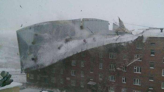 В Дудинке штормовой ветер сорвал крышу с жилого дома (5 фото)