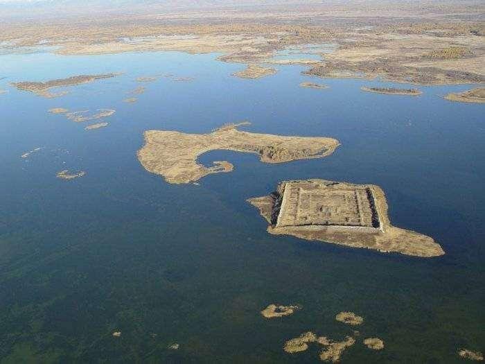 Древняя крепость посреди озера (10 фото)