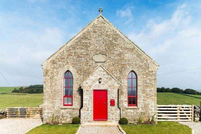 Современный дом в старой католической часовне (20 фото)