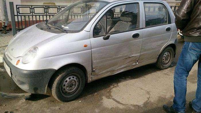 Пьяный водитель скорой помощи протаранил шесть автомобилей (6 фото)