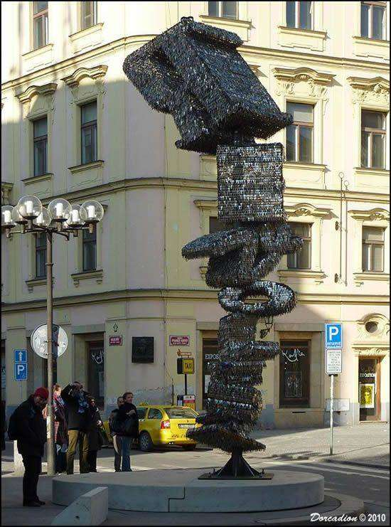 Скульпутра из ключей (6 фото)