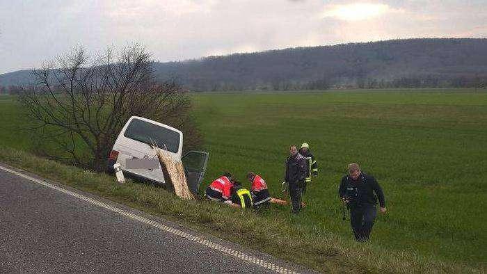 Беженцы помогли попавшему в аварию лидеру немецких неонацистов (3 фото)
