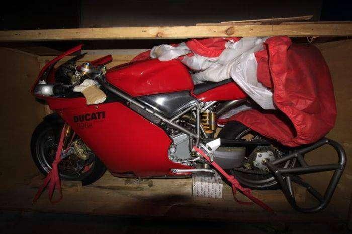 Забытый мотоцикл Ducati 996R простоял более 10 лет в заводском боксе (10 фото)