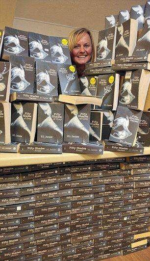 """Книжный магазин завалили прочитанными книгами """"50 оттенков серого"""" (4 фото)"""