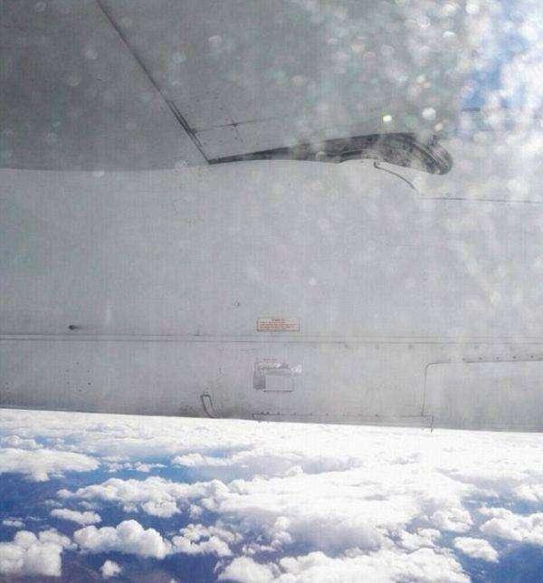 Крыло самолета авиакомпании отремонтировали скотчем (2 фото)